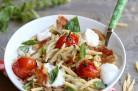 Trofie au pesto d'aubergines, burrata, chips de pancetta et tomates cerises