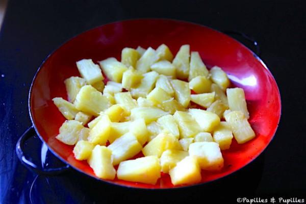 Dés d'ananas dans le plat à gratin