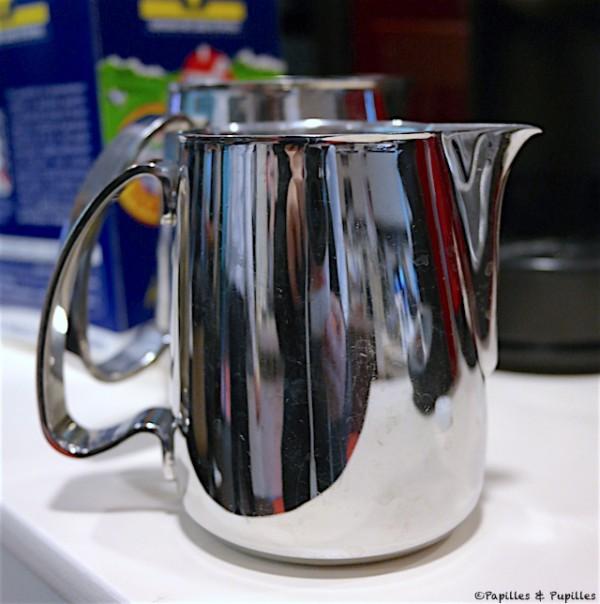 Petit pot à lait en acier