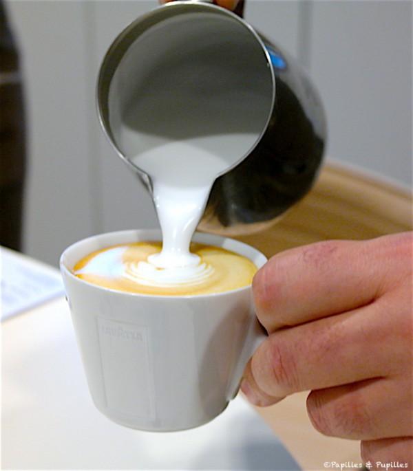 Versez le lait et la mousse de lait