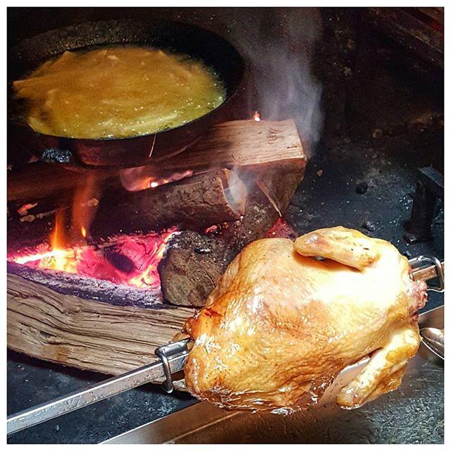 Poulet rôti et frites à la graisse d'oie