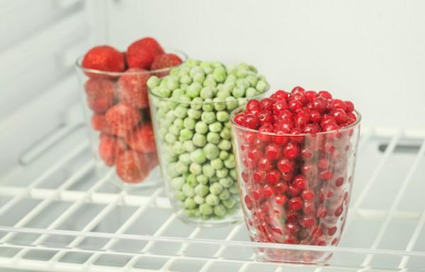 Groseilles, petits pois et fraise congelees (c) iprachenko shutterstock