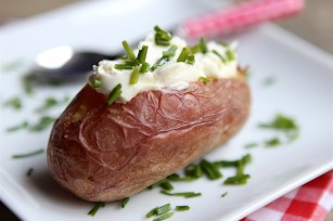 Pomme de terre au four, fromage frais et ciboulette