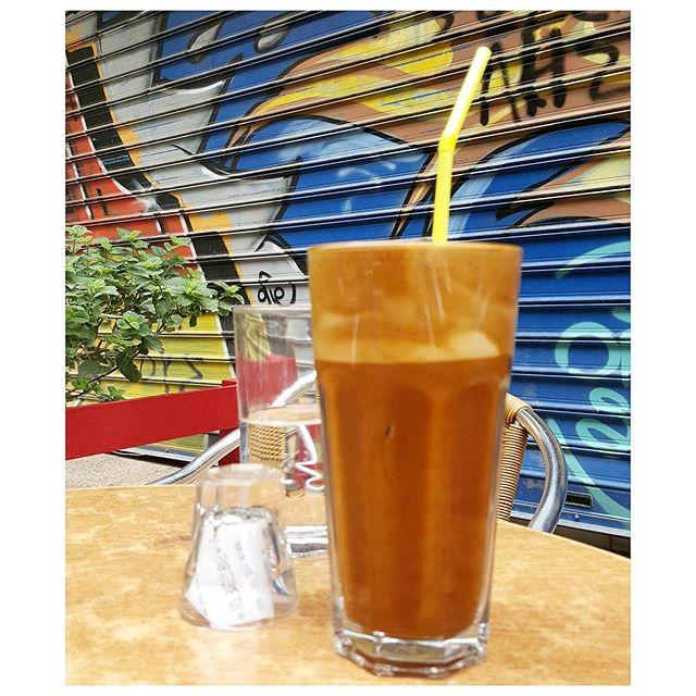 Café frappé - mur tagué ! Welcome in Athènes