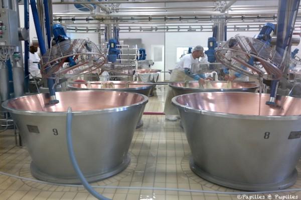 Le lait est versé dans des cuves en cuivre