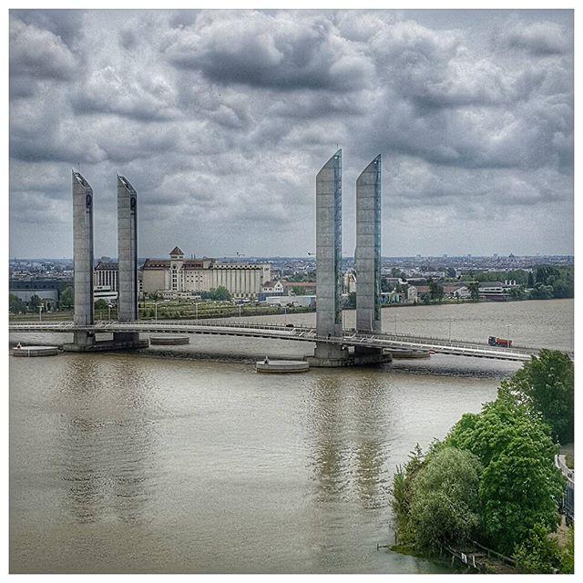 Vue sur la Garonne et le pont Chaban-Delmas depuis le Belvédère, Bar à vins de la Cité du vin #bordeaux