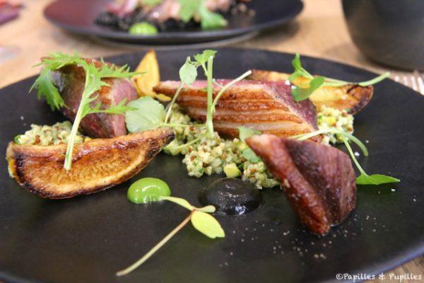 Magret de canard à la pulpe d'olives, quinoa rouge comme un taboulé, mix d'herbes