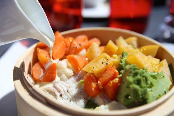 Vapeur de raie cuite en feuille de bananier, jeunes légumes et beurre blanc