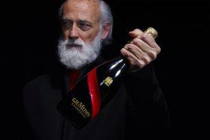 Ross Lovegrove avec la bouteille Mumm Grand Cordon