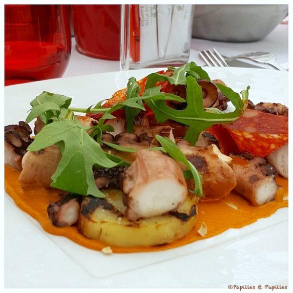 Salade de poulpe grillé, pommes de terre, chorizo, roquette, sauce Romesco