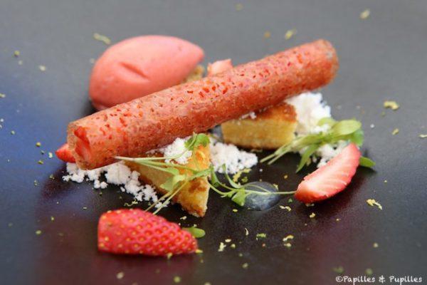 Tube croustillant, salpicon de fraises, sorbet fraises coriandre, moelleux aux amandes