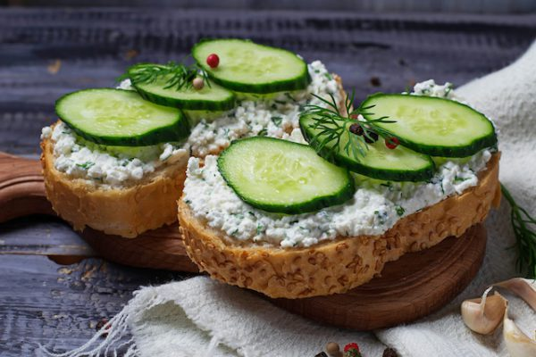 Tartines fromages ail et fines herbes et concombre (c) Yulia Furman shutterstock