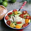 Salade au poulet, à l'avocat et aux tomates cerises