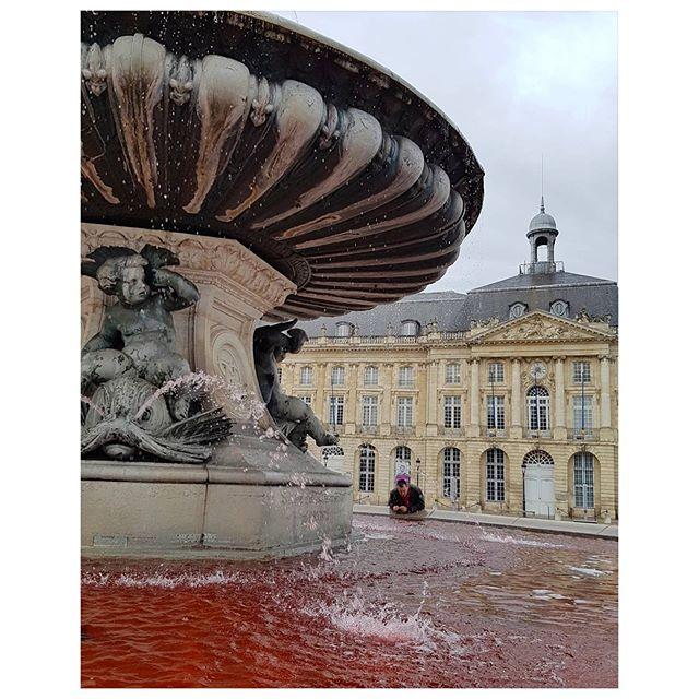 L'eau de la fontaine des 3 Grâces  colorée en rose pour soutenir la lutte contre le cancer du sein