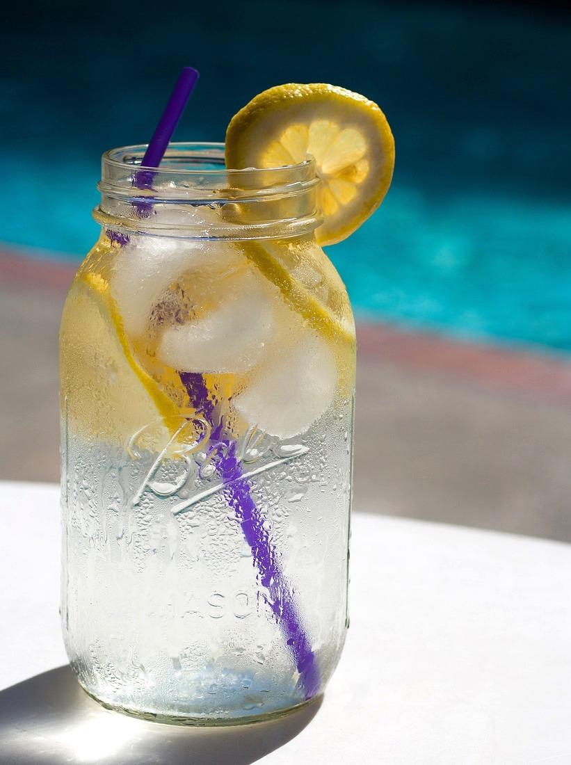 Eau citronnée dans un Mason Jar (c)Ponce_photography Pixabay CC0 public Domain