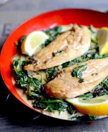 Escalopes de poulet aux épinards, ail et citron