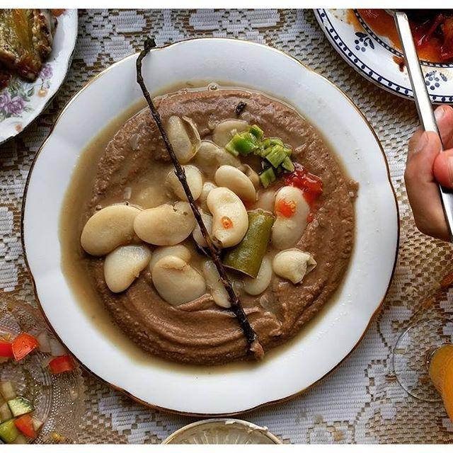 Massabacha - un peu comme un houmous mais avec 2 sortes de haricots, du citron et de la sauge ; incroyablement bon Zakaim - Tel Aviv