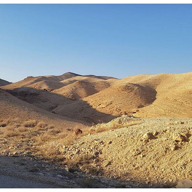 En plein désert du côté de la mer morte entre Israël et Jordanie