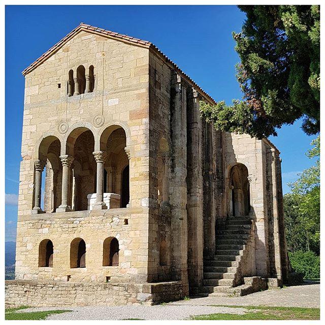 La très jolie chapelle Santa Maria del Naranco à Oviedo