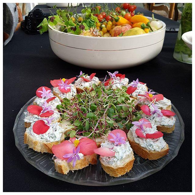 Tartines de fromage frais, herbes aromatiques et pétales de fleurs.