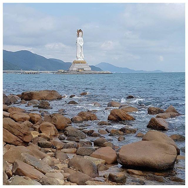 Guanyin of Nanshan - Hainan, Chine. Cette déesse marine de la miséricorde mesure 108 mètres de haut. Elle a 3 visages, 2 tournés vers la mer et un vers la terre. La statue se situe dans l'enceinte du temple Nanshan. Très impressionnant