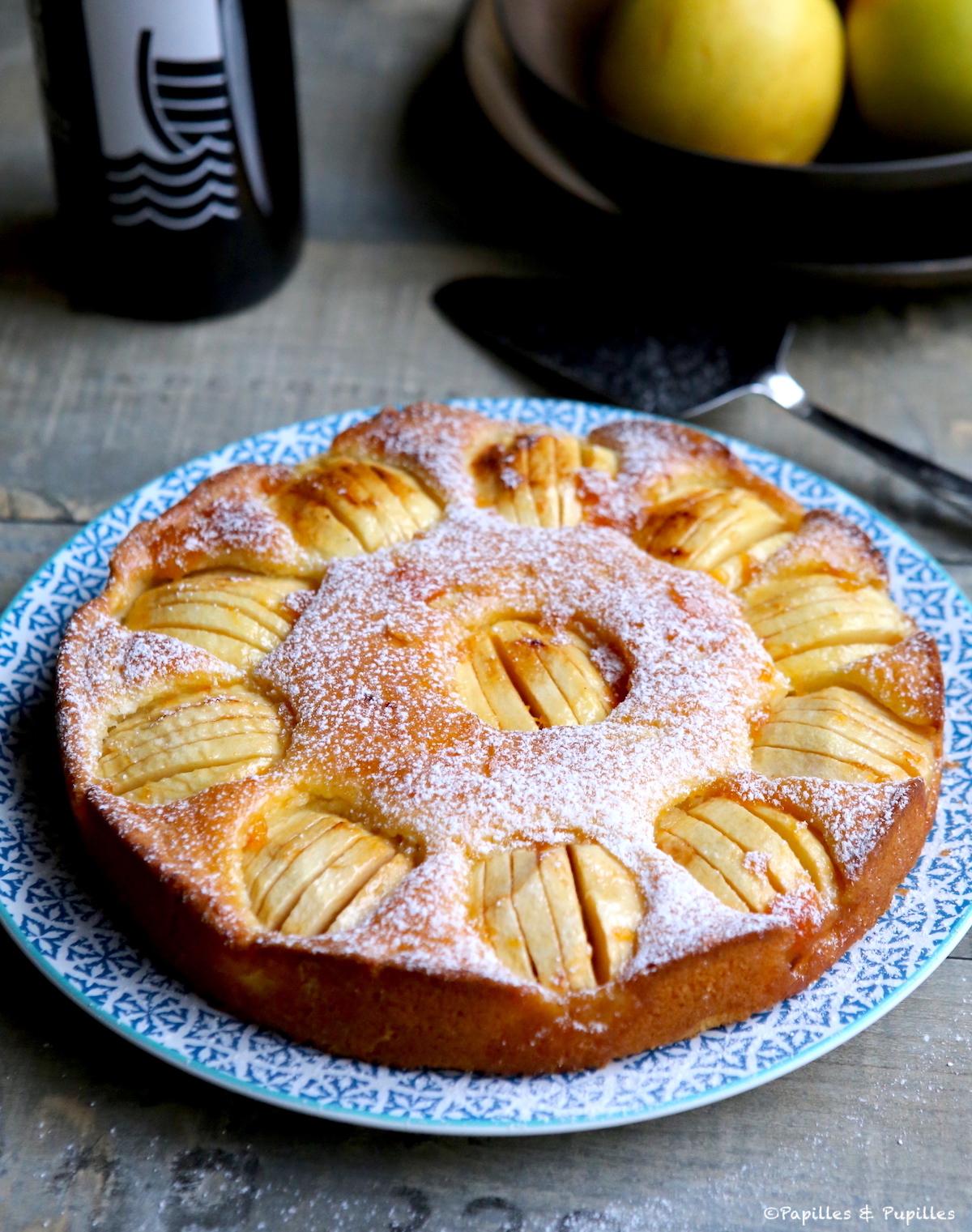 Gâteau aux pommes saupoudré de sucre