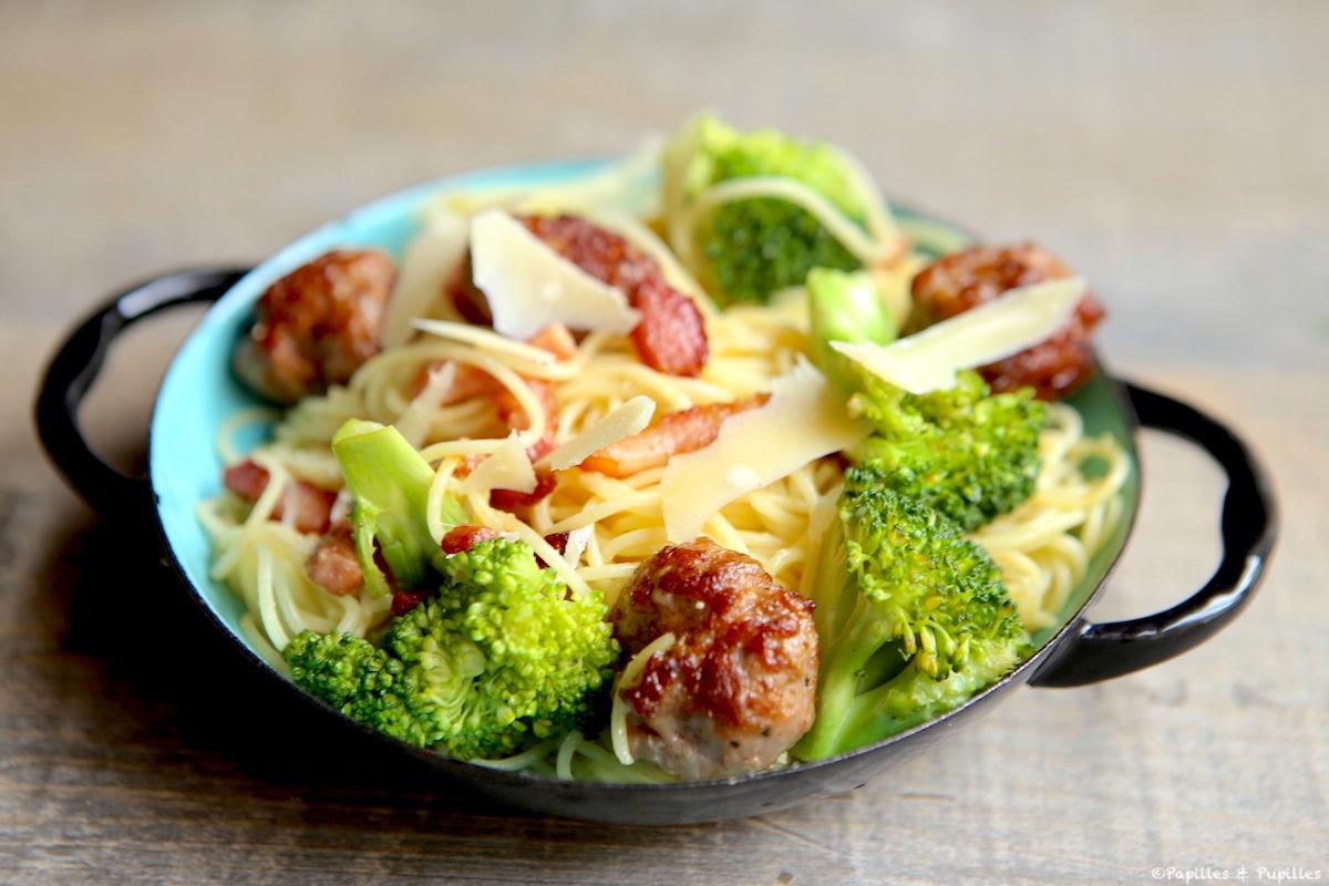 Spaghettis, boulettes de viande, brocolis et Parmesan