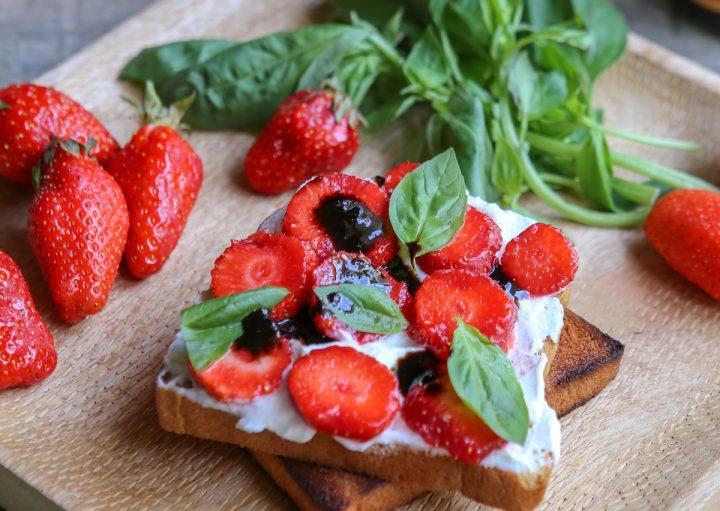 Tartine de fraises, ricotta, basilic et balsamique