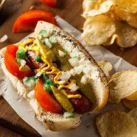 Hot dog Chicago avec relish cornichon tomate et oignon ©Brent Hofacker shutterstock