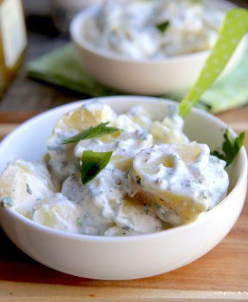 Salade de pommes de terre, crème de lait de chèvre, herbes fraîches