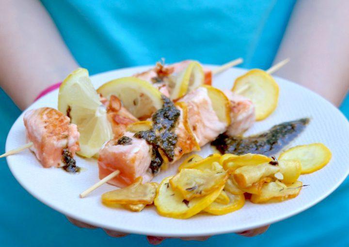 Brochettes de saumon, courgettes et sauce au basilic