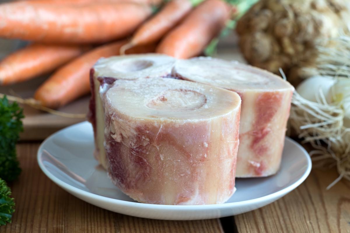 Ingrédients pour bouillon d'os ©Madeleine Steinbach shutterstock