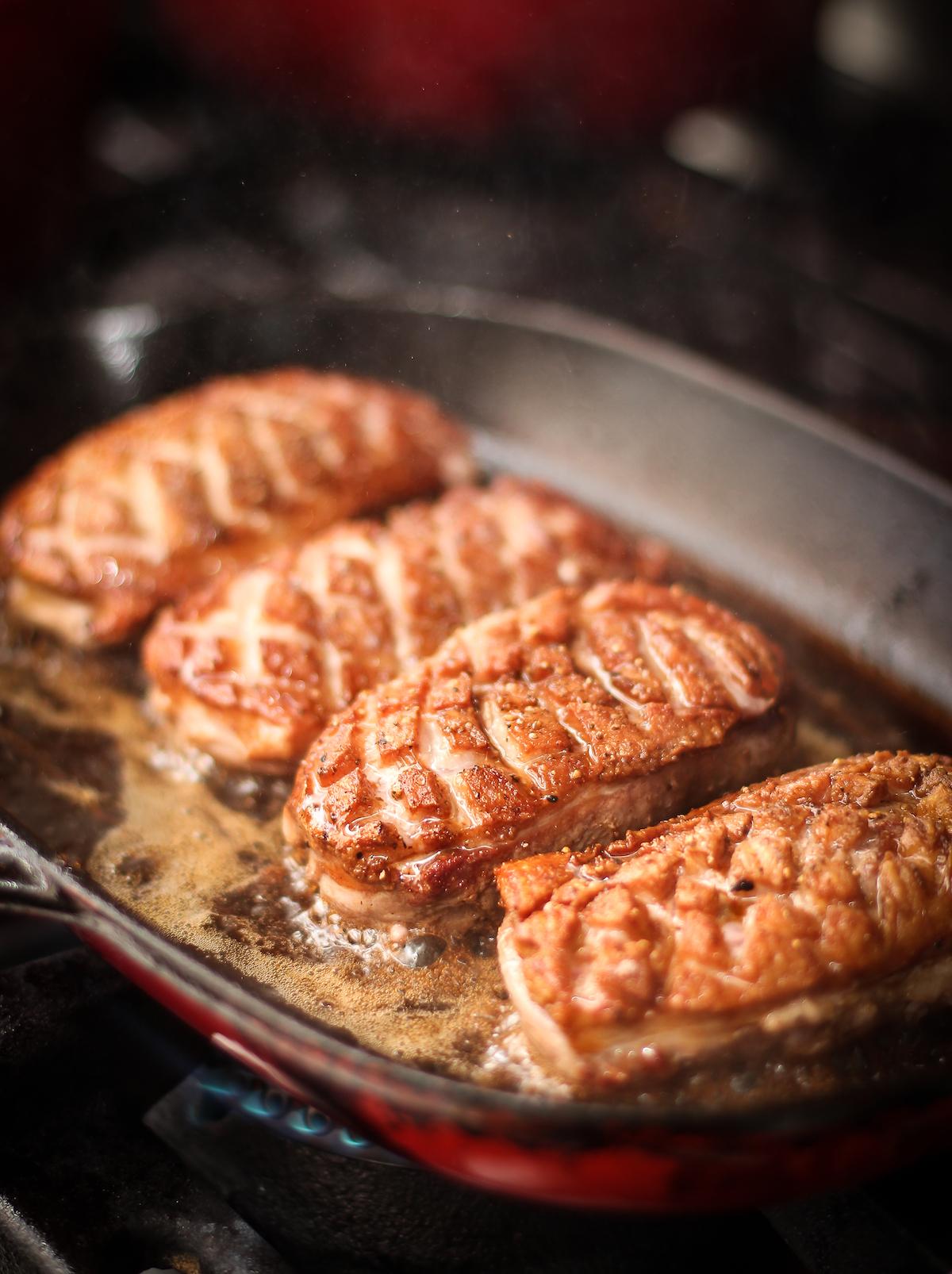 Magret en cours de cuisson ©Marcel Gussoni shutterstock