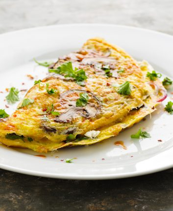 Omelette aux champignons, feta et herbes ©Martin Rettenberger shutterstock