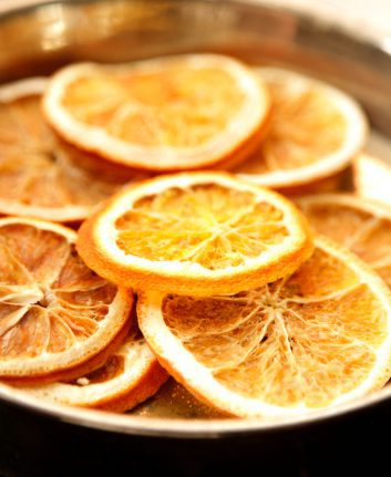 Tranches d'orange séchées © Anna Jurkovska shutterstock