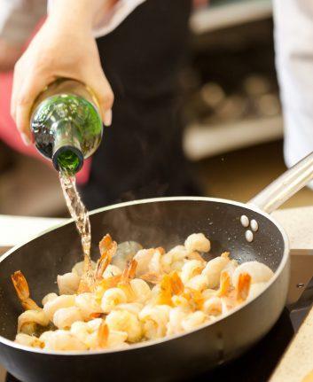 Le vin en cuisine ©Shebeko shutterstock