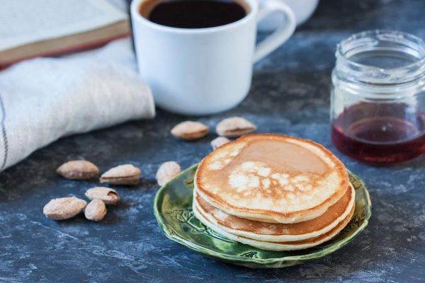 Pancakes au lait d'amande © Igor Deyashkin. shutterstock