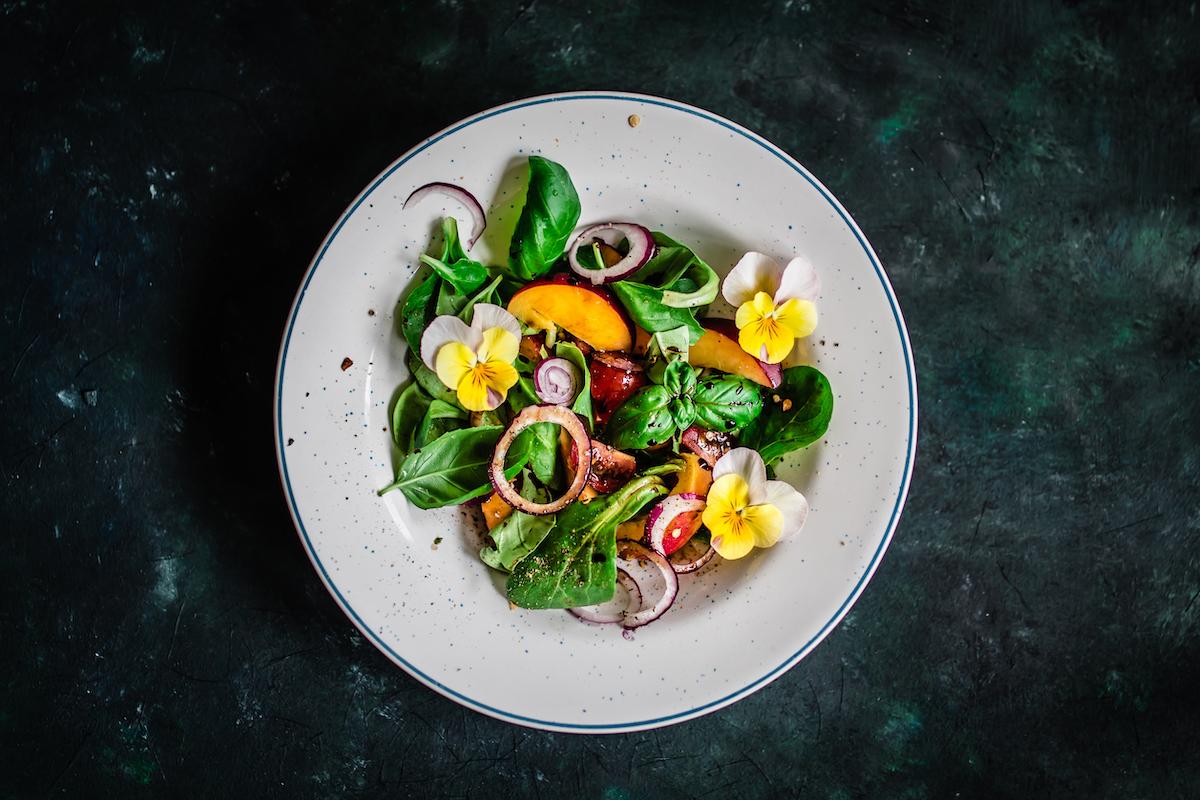 Salade avec basilic et pensées ©locrifa shutterstock
