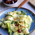 Salade de courgettes, dattes et pignons de pin