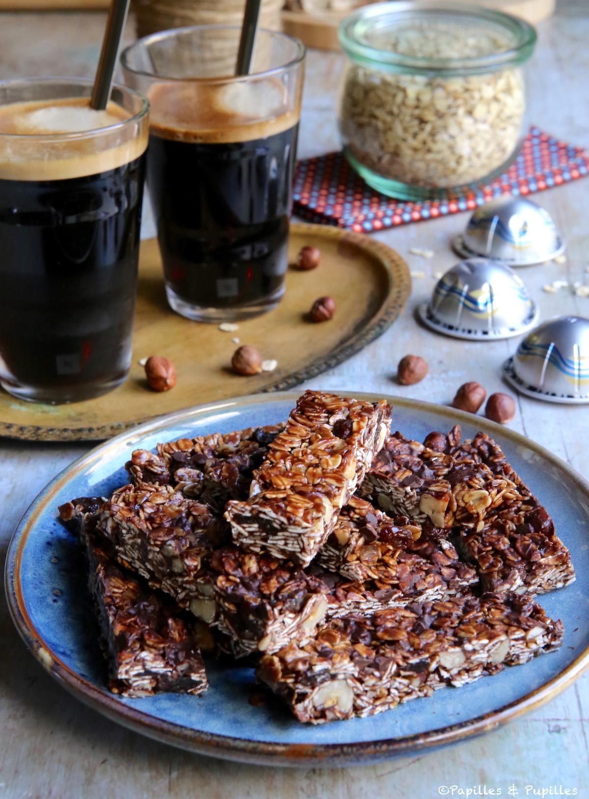 Barre de céréales et café glacé