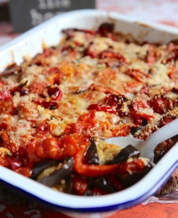 Gratin d'aubergines, tomates et poivrons au Parmesan