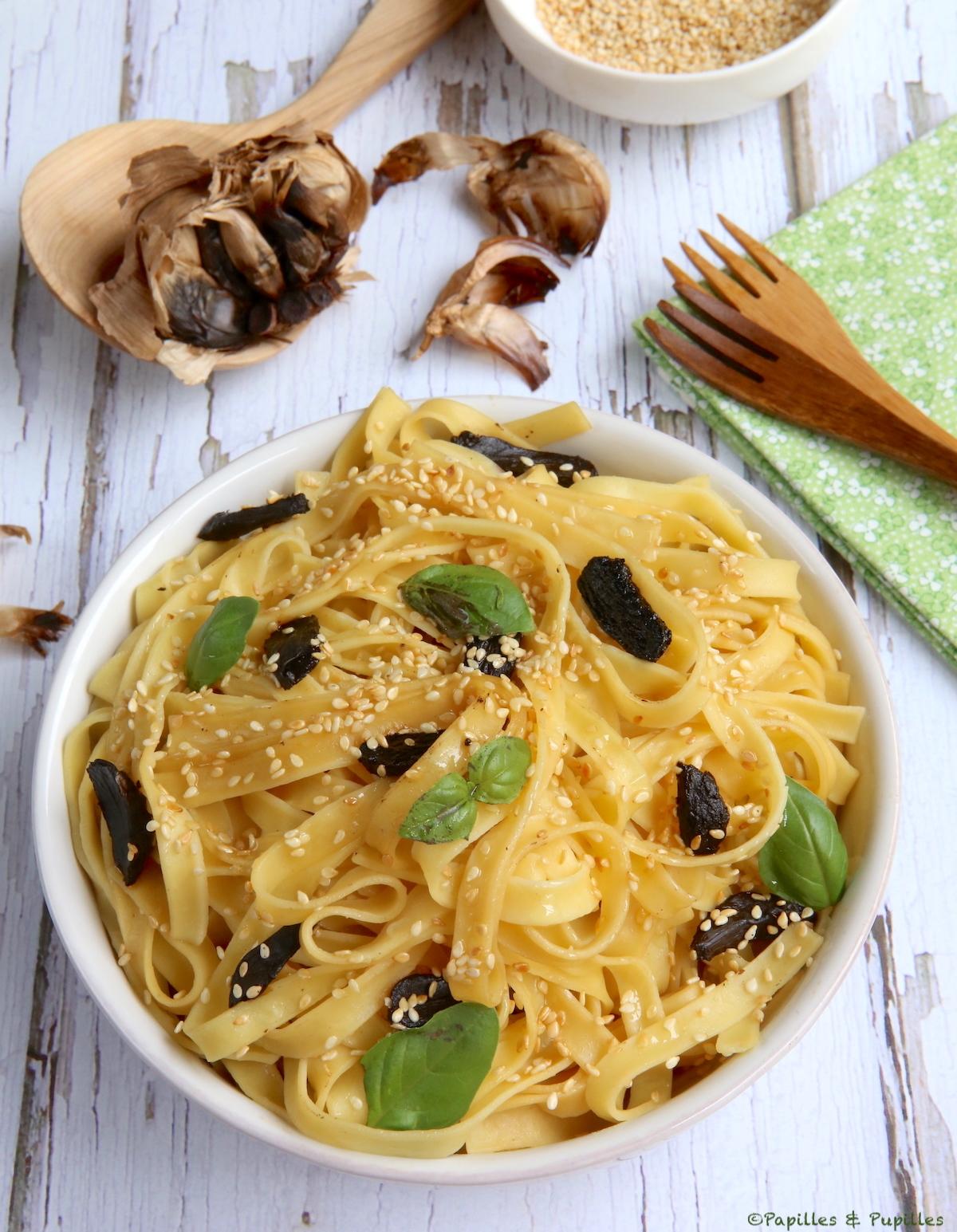 Pâtes à l'ail noir, sésame, soja et basilic
