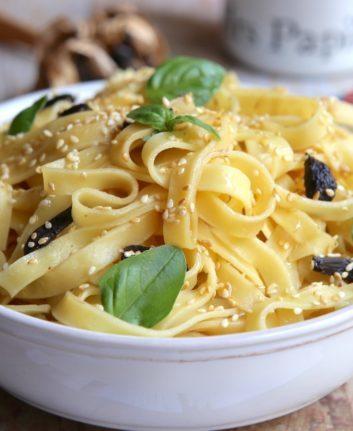 Pâtes ail noir basilic