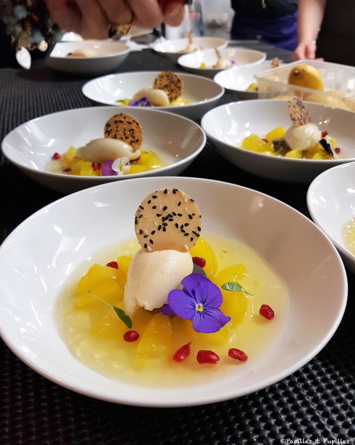Poire confite au curcuma, fine tuile de Kokuto (sucre brun d'Okinawa) et sésame