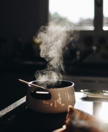 Préparation d'une gastrique © Gaelle Marcel on Unsplash
