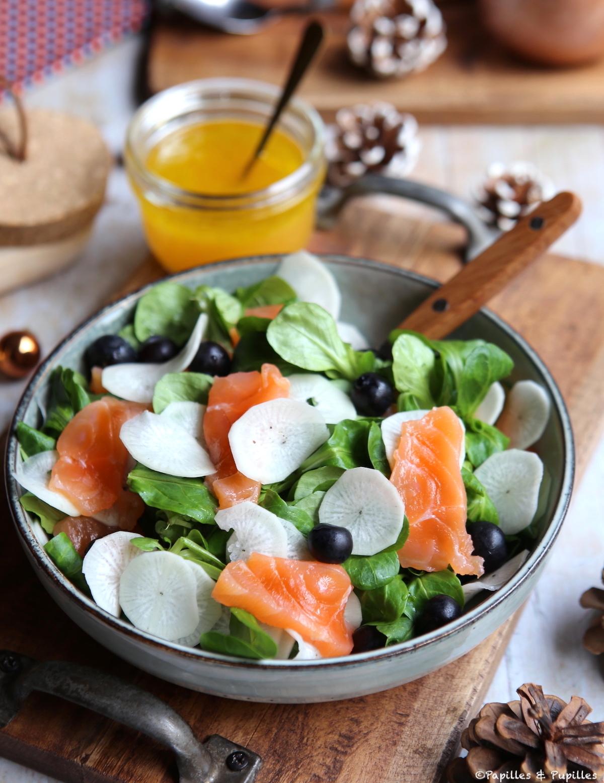 Salade de mâche saumon fumé radis noir et myrtille, vinaigrette aux agrumes