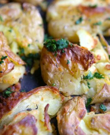 Pommes de terre écrasées (gros plan)