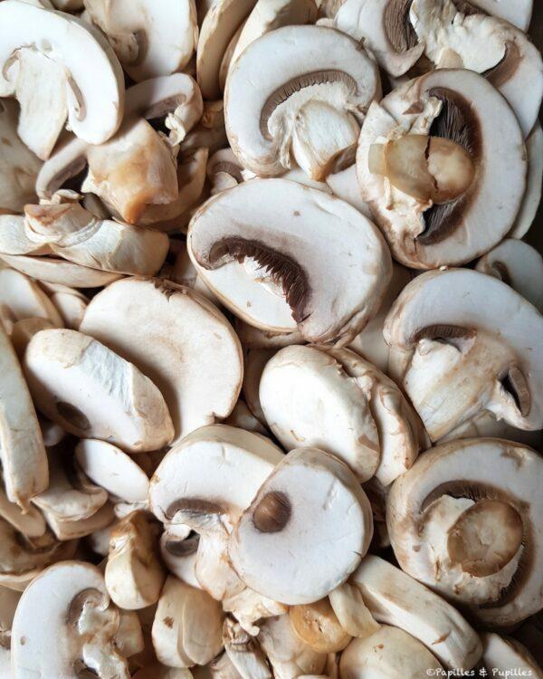 Champignons crus en lamelles
