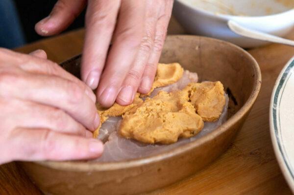 Croûte de cacahuètes sur le poisson