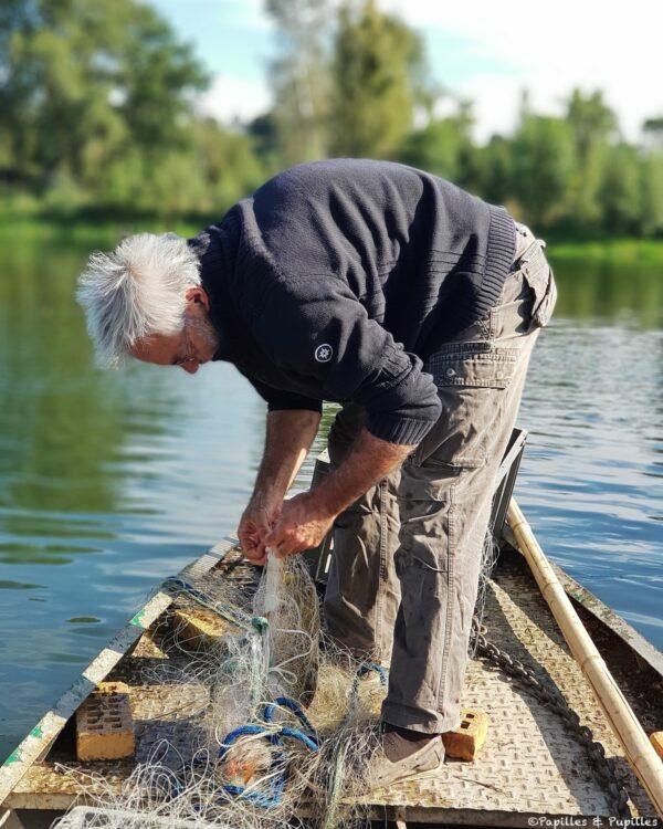 Il sort le poisson du filet